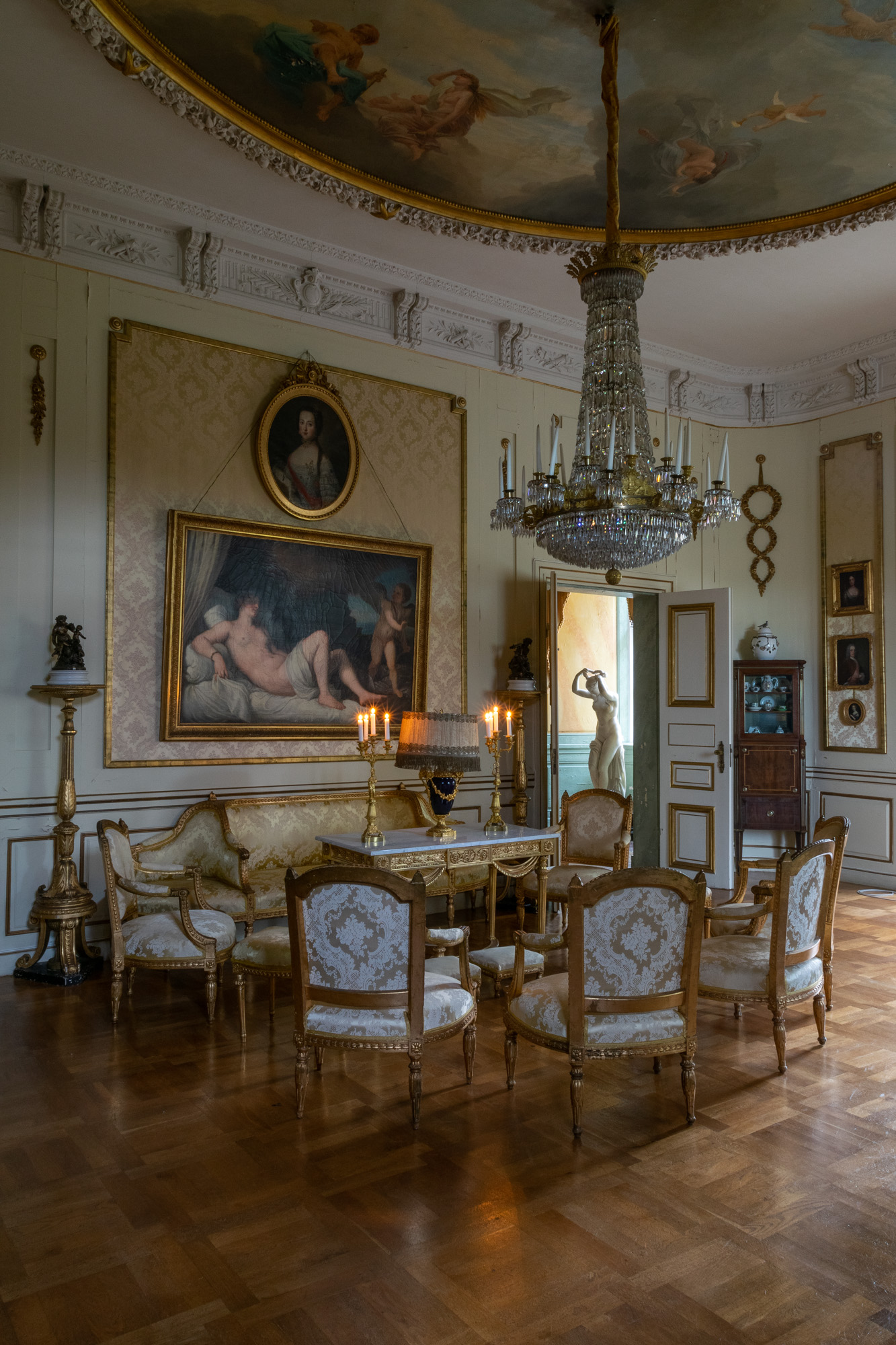 The Gustavian Yellow Saloon is the first room in the 18th Century furnished main floor. Below is the gallery with stucco ceiling from the time of Carl Gustaf Oxenstierna, Baroque chandeliers and a painted ceiling by Ehrenstrahl.